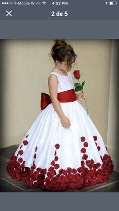 vestido blanco petalos rojos