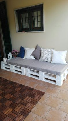 Divano finito, realizzato con 4 pallet ed un po' di lavoro, ma il risultato … Finished sofa, made with 4 pallets and a little work, but the result seems satisfactory. Pallet Garden Furniture, Diy Outdoor Furniture, Couch Furniture, Furniture Decor, Furniture Design, Garden Pallet, Furniture Storage, Rustic Furniture, Antique Furniture