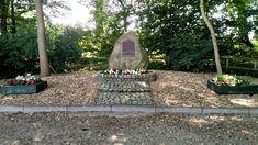 Vor ein paar Tagen bin ich durch das Naturschutzgebiet Wittmoor gegangen. Hier gibt es die KZ-Gedenkstätte Wittmoor. Hamburg erinnert an diesem Ort an die Häftlinge des Konzentrationslagers. Einen Besuch dieser Gedenkstätte kann sehr gut mit einem Spaziergang in diesem schönen Moorgebiet verbunden werden.