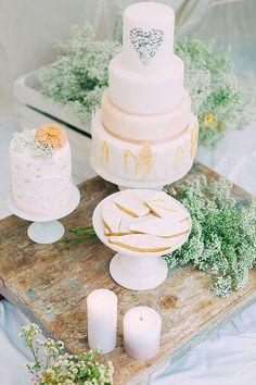 Hochzeitstorte #weddingcake Goldene Kalligraphie und Boho Lässigkeit mit noni federleicht | Hochzeitsblog - The Little Wedding Corner