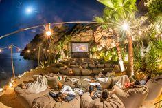Midnight Movies Under the Balearic Sky at Amante, Ibiza Zo tof om mooie foto's te zien van onze Outbag zitzakken, vooral als ze op zo'n prachtige plek staan als bij Amante Beach Club in Ibiza!!!