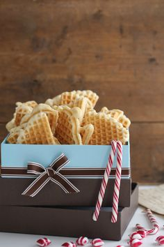Hei; disse kjeks lager jeg hvert jul, det er bare så godt! TØRRE VAFLER 4 egg 1 eggeplomme 270 g sukker 250 g smør, smeltet og avkjølt 300 g potetmel 250 g hvetemel 2 ts bakepulver 1 ts vaniljesukker eller vanilla bean paste SLIK GJØR DU; I en bolle sikt sammen hvetemel, potetmel og bakepulver, Norwegian Waffles, Norwegian Food, Norwegian Christmas, Pancakes And Waffles, Yummy Cookies, Food Gifts, Cookie Bars, Christmas Baking, Crack Crackers