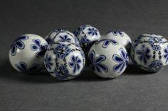 Perle ispirate alla porcellana di Delft. Tutorial sul sito Sculpey. (premo! Delft Inspired Bracelet | Polyform Products Company)