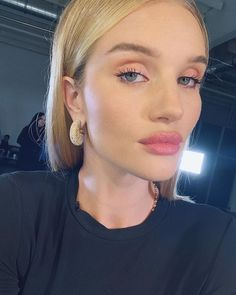 Rosie Just Shared the Exact Products She Uses for Her Summer Night-Out Makeup - Rosie Huntington-Whiteley Summer Night Out Makeup: Rosie wearing coral eyeshadow and pink lipstick - Coral Pink Lipstick, Pink Lipstick Makeup, Coral Eyeshadow, Rose Lipstick, Natural Lipstick, Glam Makeup, Beauty Makeup, Hair Makeup, Hair Beauty