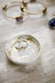 Make Your Own Clay Ring Bowl with Gold Leaf Make your own clay ring bowl to store your favorite jewelry. A tutorial that shows you how to add glam with gold leaf and a touch of personalization. Gold Diy, Diy Clay, Clay Crafts, Fun Crafts, Clay Projects, Diy Projects To Try, Project Ideas, Vide Poche Design, Make Your Own Clay