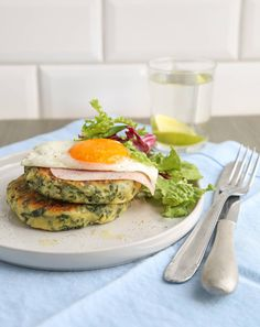 Potato patches with kale and eggs # … – Food Kale, Spinach, Potato Cakes, Serving Plates, Coleslaw, Brunch Recipes, Avocado Toast, Eggs, Breakfast Potatoes