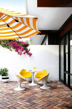 Palm Springs chic meets mid century modern architecture in this Casuarina. Photography by Anastasia Kariofyllidis. Styling by Simone Barter. From the April 2018 issue of Inside Out Magazine. Available from newsagents, Zinio, https://au.zinio.com/magazine/Inside-Out-/pr-500646627/cat-cat1680012#/ and Nook.
