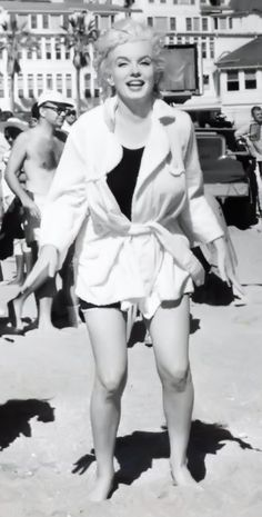 """Marilyn on the set of """"Some Like It Hot"""", Vintage Hollywood, Hollywood Glamour, Classic Hollywood, Kim Basinger Now, Cinema Tv, Some Like It Hot, Marilyn Monroe Photos, Bae, Norma Jeane"""