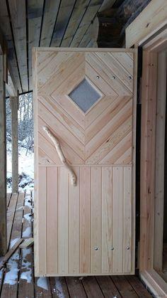 Ulko-ovi ulko- ja sisäpuolelta katsottuna