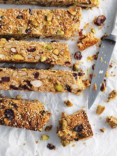 These quinoa granola bars ideal for an instant breakfast or snack. Quinoa Granola Bars, Muesli Bars, Snack Recipes, Healthy Recipes, Bar Recipes, Healthy Desserts, Sweet Recipes, Vegetarian Recipes, Dessert Recipes