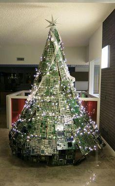 in Eindhoven is het droppen van je oude elektronica de moeite waard!   @ewasterace Mooie boom!  #tomtoyhappytree