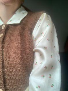 Blomstret silkeskjorte fra Nué Notes med strikket vest (Vestno4). Vesten er strikket i en tråd merino og 1 tråd mohair.