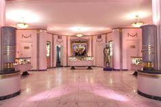 The Hollywood Museum. Located in the historic—and splendidly Art Deco—Max Factor Building, the museum houses four floors … Studio Kids, Make Up Studio, Max Factor, Hollywood Boulevard, In Hollywood, Hollywood Regency, Hollywood Glamour, Hollywood Pictures, Hollywood Actresses