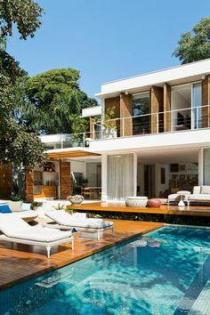 Revista Arquitetura e Construção - Arte e paisagismo enchem esta casa