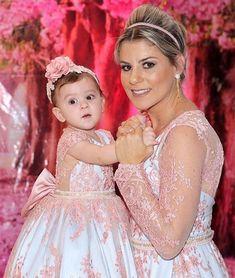 Lindas Verussa e sua princesa vestem Cecília Cavalcante!!! Vestidos personalizados e sob medida!!! Enviamos para todo Brasil e exterior!!! Contato somente pelo tel ou whatsapp (84)98703-8006 Mother Daughter Fashion, Mother Daughter Matching Outfits, Mommy And Me Outfits, Mom Daughter, Matching Family Outfits, Kids Outfits, Baby Girl Dresses, Baby Dress, Pink Dress