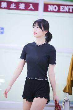 Twice-Momo 180627 Gimpo Airport Nayeon, Korean Girl Fashion, Kpop Fashion, Airport Fashion, J Pop, Extended Play, South Korean Girls, Korean Girl Groups, Sana Momo