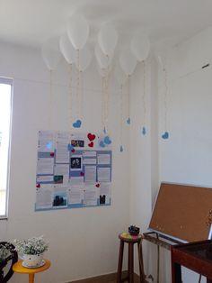 Painel feito com tecido e postagens que meu noivo fez para mim no facebook. Um cantinho apaixonado com balões colados no teto e corações pendurados
