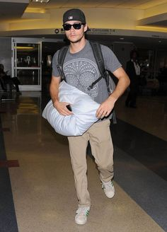 Dylan O'Brien Photos - Celebrities are spotted catching flights out of LAX Airport on August 2014 in Los Angeles, California. - Celebs Spotted at LAX Dylan O'brien, Teen Wolf Dylan, Teen Wolf Cast, Dylan O Brien Cute, Charlie Carver, Shelley Hennig, Bae, Dylan Sprayberry, O Brian