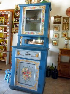 Peça em madeira. Pintura Bauernmalerei. Totalmente recuperado e repaginado. Peça antiga. R$ 2.500,00 Hand Painted Furniture, Recycled Furniture, Furniture Makeover, Furniture Decor, Mexican Home Design, Bohemian House, Furniture Making, Rustic Decor, Armoire