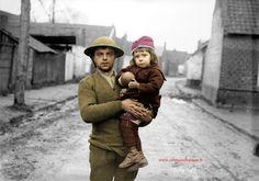 Photo colorisée par Couleurs du Passé: https://www.facebook.com/pages/Couleurs-du-Pass%C3%A9/232623733527949 22 novembre 1917. Cette petite fille dans les bras d'un soldat anglais est évacuée de son village de Masnières (Nord) presque entièrement détruit lors de la bataille de Cambrai, pour être mise à l'abri à Gouzeaucourt (Photo IWM N°Q 3204). Battle of Cambrai. A little girl rescued from Masnieres with a British soldier at Gouzeaucourt, 22 November 1917 (Photo IWM N°Q 3204)