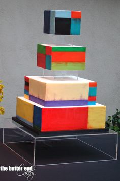 Geometric art-inspired wedding cake with clear acrylic risers by The Butter End Cakery, Santa Monica, CA. Modern Cakes, Unique Cakes, Creative Cakes, Gravity Defying Cake, Gravity Cake, Pretty Cakes, Beautiful Cakes, Amazing Cakes, Architecture Cake