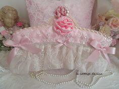 Cintre de décoration, shabby chic, en soie rise pâle et dentelle brodéee de saquin, empreint de romantisme : Accessoires de maison par le-cottage-de-lisa