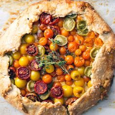 Simple Tomato Pie – Emilia Simple Tomato Pie Red, yellow, orange and green tomatoes dot this colorful, crispy, and slightly cheesy savory pie. Vegetarian Recipes, Cooking Recipes, Healthy Recipes, Good Food, Yummy Food, Veggie Dishes, Vegan Dinners, Easy Meals, Dinner Recipes