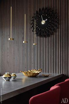 Фрагмент кухни. Деревянные рейки выполнены на заказ; барные стулья Aston, Minotti; посуда, Sieger; кухня, Modulnova; светильники A New Source, Giopatto & Coombes.