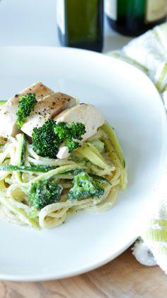 Pollo en salsa Alfredo con calabacitas y brócoli