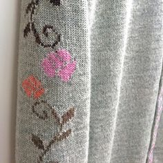 Detail on Sarana cardigan in hazy grey/ Kutova KiKa knitwear