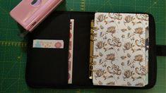 Je couds mon organiseur. Je crée une structure en carton que j'habille de simili cuir et de tissu. Filofax, Creations, Phone Cases, Sewing, Fabric, Tricot, Phone Case