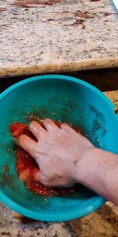 Vous achetez votre sauce tomate en boîte pour la fabrication de votre pizza ? Arrêtez tout et fabriquez la vôtre dès aujourd'hui en cliquant sur le l'image. Pizza Napolitaine, Thing 1, Sauce Tomate, Hui, Plastic Cutting Board, Vegan, Tomatoes, Veggie Dishes, Italian Recipes