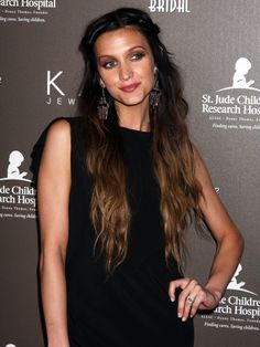 Ashlee Simpson is one of the few lucky women in this world that can pull off any hair color.she looks gorgeous with Ombre, Black, Blonde, Brown, and Red hair! Hairstyle Look, Pretty Hairstyles, Straight Hairstyles, Ashlee Simpson, Two Toned Hair, Ombre Hair, Brunette Ombre, Looks Style, Dark Hair