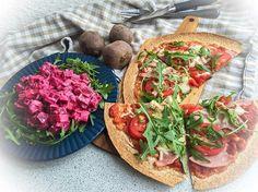 [TORTILLA PIZZA & BEETROOT SALAD] Frokosttid!!!  Jeg har lavet tortilla-pizza med skinke og rucola samt en lækker rødbedesalat. Opskrifter på begge er faktisk allerede at finde i mit feed, men de ligger et stykke tilbage, så jeg har besluttet at skrive dem kort her også  Til pizzaen har jeg smurt en tortilla wrap (fuldkorn) med tomatsauce lavet af hakkede tomater fra dåse og krydderier som oregano, hvidløg og chili. Så har jeg toppet med skiver af tomat og skinke samt revet ost og bagt den i…