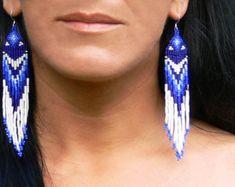 Muy largo con cuentas pendientes estilo americano nativo.  Estos magníficos pendientes están hechos con granos de sead amarillo, negro, azul, rojo y naranja.  Alambres de plata oreja plateado.   Longitud aproximadamente (incluyendo los alambres del oído) - 5,1 pulgadas (13 cm)