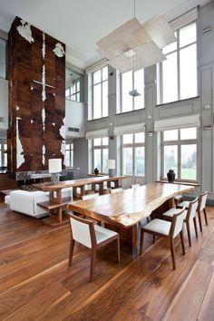 table en bois massif verni dans le loft moderne