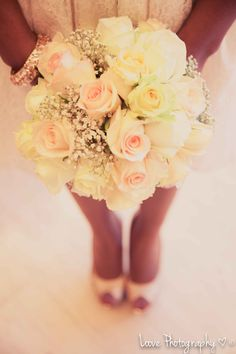 joli bouquet avec des roses pastel et des gypsophiles. Nice bouquet with pink pastel roses and white baby's breath.