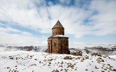 Ani Hayalet Şehri Türkiye: Yaklaşık 500 sene evvel terk edilmiş olan ve 1001 kilise şehri veya 40 kapılı şehir diye de adlandırılan Ani'nin ilk keşfi 1880'lere uzanır. Ani Şehri, MS 1000. yılın ikinci yarısından itibaren (dönem dönem farklı idarelere geçse de) bir deprem sonucunda yıkıldığı 18. yüzyılın başlarına kadar etkin olmuştur. Ani'de, Ermeni kültür mirasıyla ilgili çok önemli yapılar bulunuyor.</br>Arkeologlar, Ani'de görülen 23 tane yapı olduğunu ama Ani'nin büyük bir kısmın...