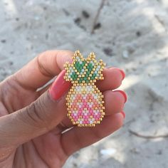 Zoom sur ma petite broche ananas que j'adore Zoom on my little pineapple pin that I love Hama Beads Design, Hama Beads Patterns, Seed Bead Patterns, Jewelry Patterns, Beading Patterns, Free Beading Tutorials, Bracelet Patterns, Seed Bead Jewelry, Seed Bead Earrings
