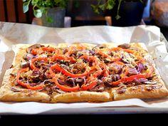 Snelle plaattaart met gehakt, champignons, rode ui en paprika