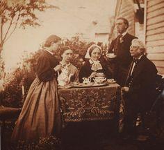 Lokalhistorisk biletsamling i Tysnes: Kaffi i hagen hos dei kondisjonerte