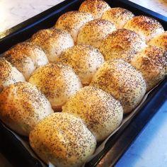 Langpanna full av rundstykker. – Fru Haaland Bread Rolls, Naan, Bread Baking, Hot Dog Buns, Bread Recipes, Food And Drink, Diy, Recipes, Bread Making