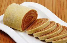 """O bolo de rolo é um doce brasileiro, típico de Pernambuco. A massa é feita com farinha de trigo, ovos, manteiga e açúcar. Sua origem está na adaptação do bolo português """"colchão de noiva"""". E também tem vários nomes nas regiões brasileiras. E na sua cidade como é conhecido? Foto: Visit Brazil / Embratur."""