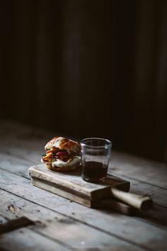 Delicious crossed buns with ricotta and peaches / Marta Greber