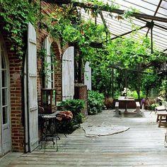 Iets met een veranda, overkapping of tuinhuis waar een grote tafel onder past voor lange (zomer)avonden