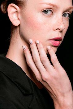 Naeem Khan. MANICURAS CON TEXTURA Y NAIL ART DE MODA P/V 2016 #beauty #fashion #nails #spring2016 #summer2016 #manicures #belleza #manicuras #moda