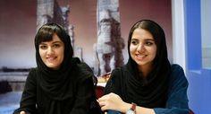 Les joueuses d'échec iraniennes, Mitra Hejazipour et Sara Khademalsharieh, devant un échiquier dans une salle de la Fédération d'échecs, à Téhéran - ATTA KENARE - AFP