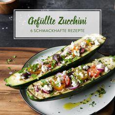 Diese Zucchini werden erst gegrillt und dann mit Quinoa, bunten Tomaten, Oliven und Feta gefüllt. Low carb, glutenfrei und so unglaublich lecker!