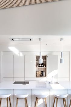 Kaunis moderni keittiö Flat Interior, Interior Design, Kitchen Furniture, Kitchen Dining, Dining Room, Apartment Kitchen, Dream Apartment, Decorating Your Home, Home Kitchens