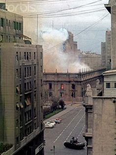 11 SEPTEMBRE 1973, SANTIAGO DU CHILI, LE PALAIS DE LA MONNAIE EN FEU SUITE AU BOMBARDEMENT. PHOTO HORACIO VILLALOBOS, BETTMANN / CORBIS